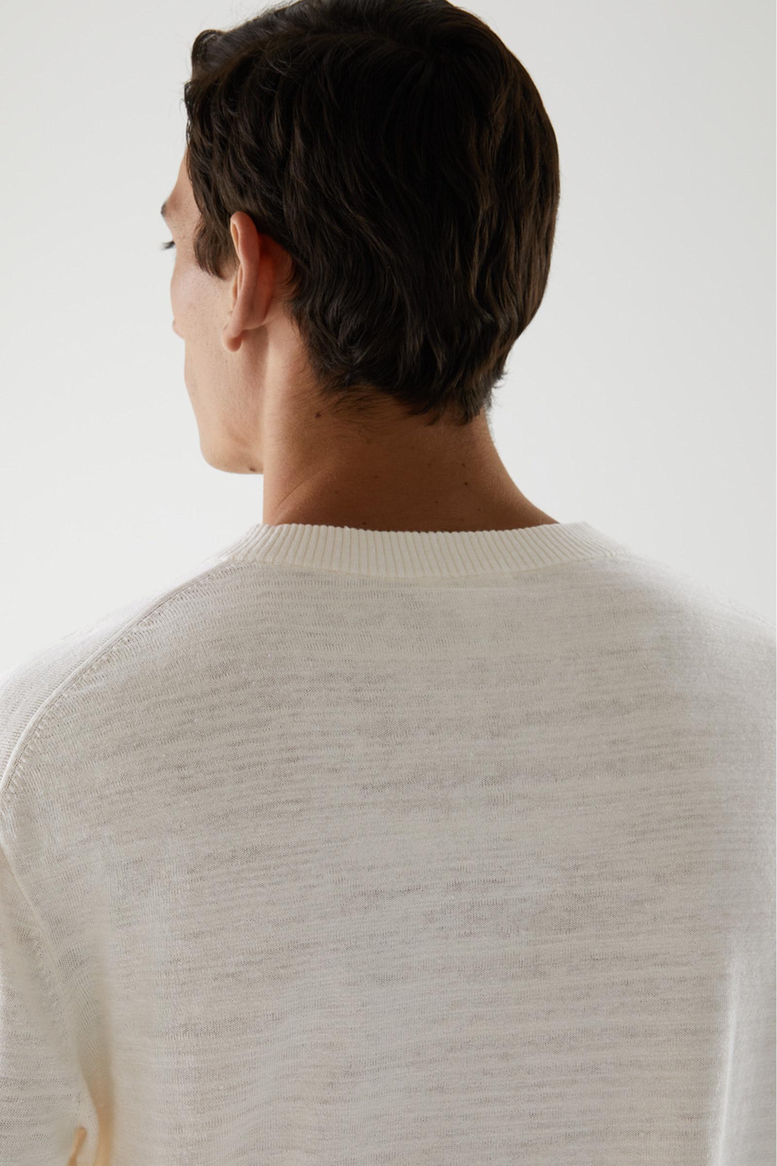 COS 릴랙스드 리넨 코튼 스웨터의 오프 화이트컬러 ECOMLook입니다.