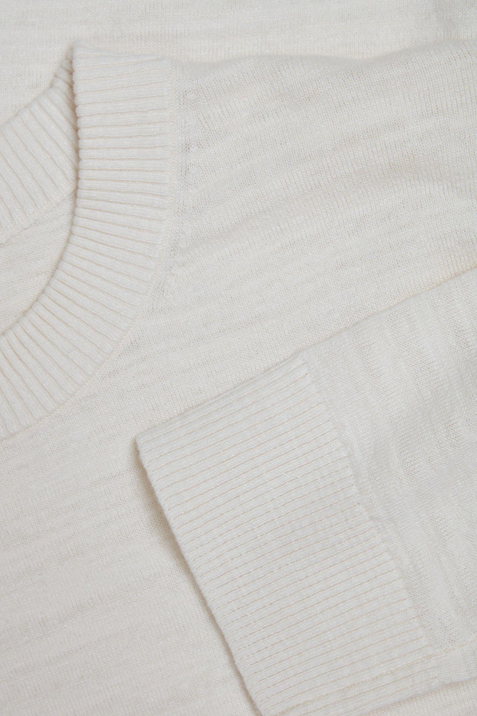 COS 릴랙스드 리넨 코튼 스웨터의 오프 화이트컬러 Detail입니다.