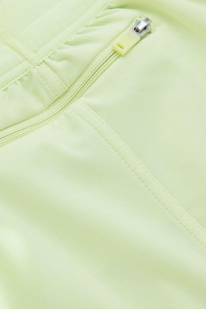 COS 리사이클 폴리에스터 테크니컬 러닝 쇼츠의 네온 그린컬러 Detail입니다.