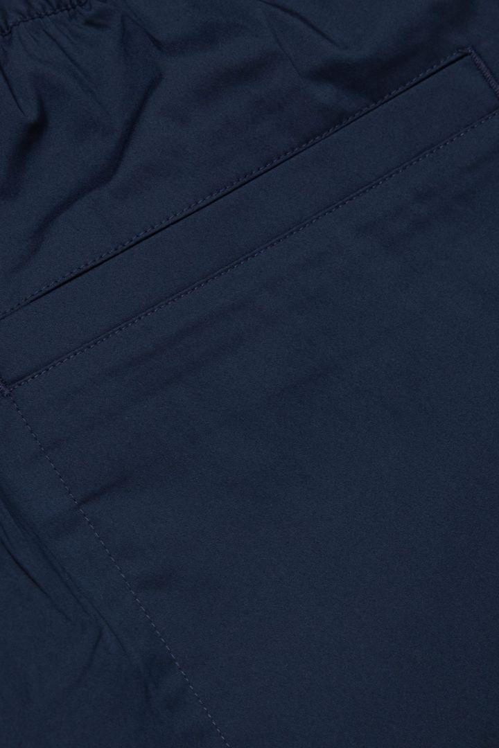 COS 레귤러 핏 쇼츠의 네이비컬러 Detail입니다.