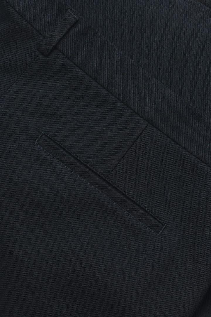 COS 테일러드 코튼 저지 쇼츠의 블랙컬러 Detail입니다.