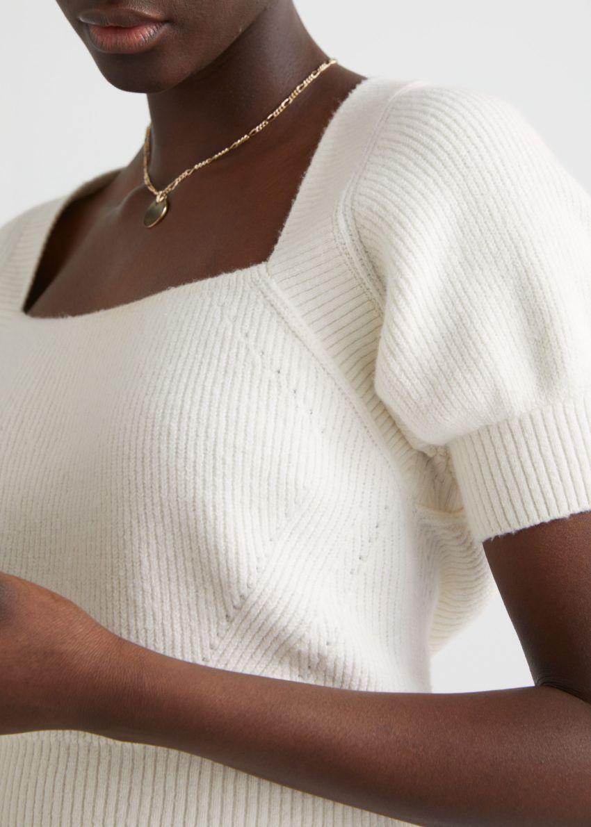 앤아더스토리즈 넥 타이 니트 스웨터의 화이트컬러 ECOMLook입니다.