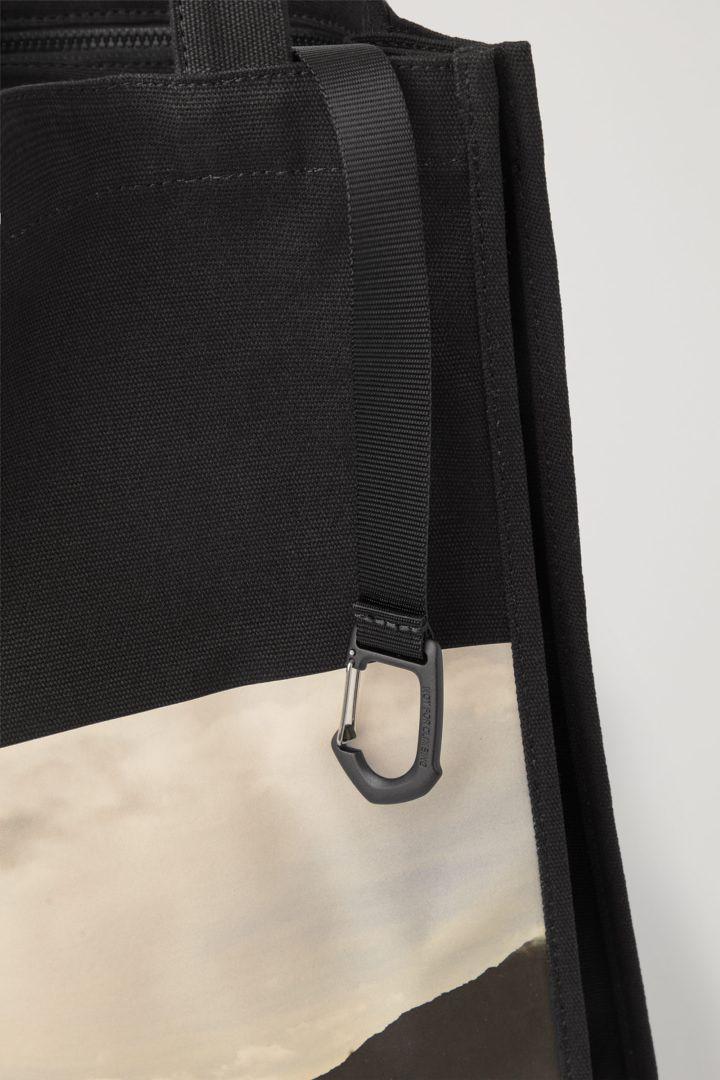 COS 포토 프린트 캔버스 토트백의 블랙 / 베이지컬러 Detail입니다.