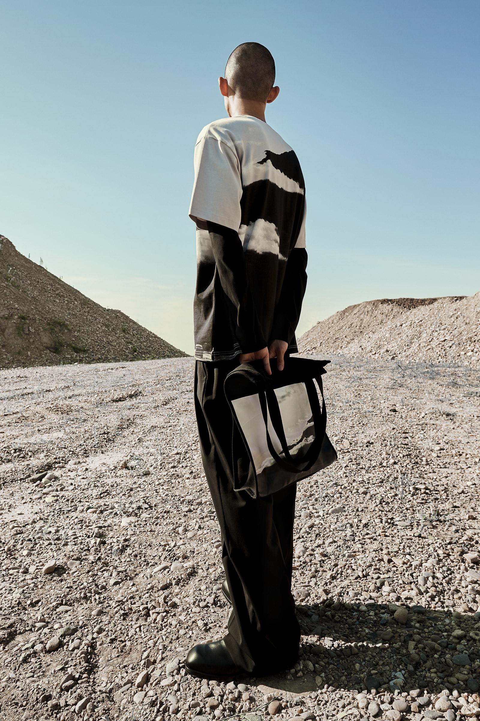 COS 포토 프린트 캔버스 토트백의 블랙 / 베이지컬러 Environmental입니다.