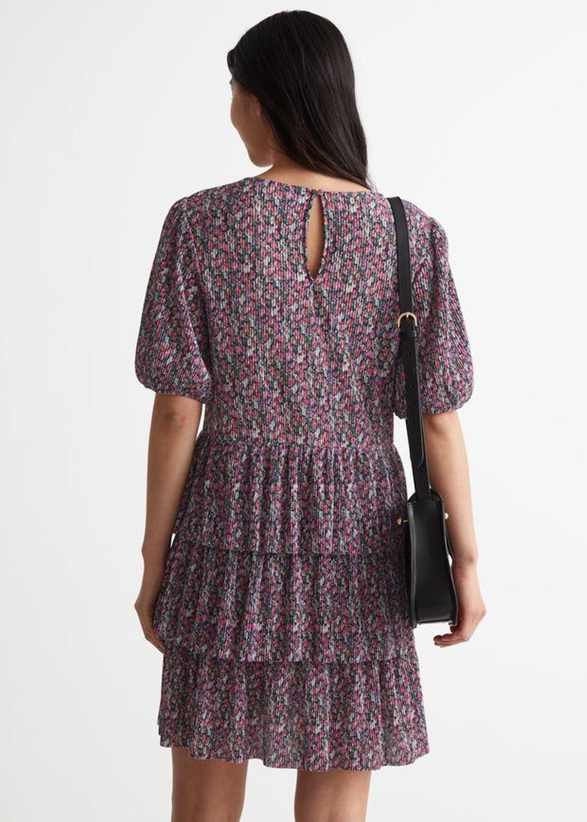 앤아더스토리즈 티어드 프린트 미니 드레스의 퍼플 프린트컬러 ECOMLook입니다.