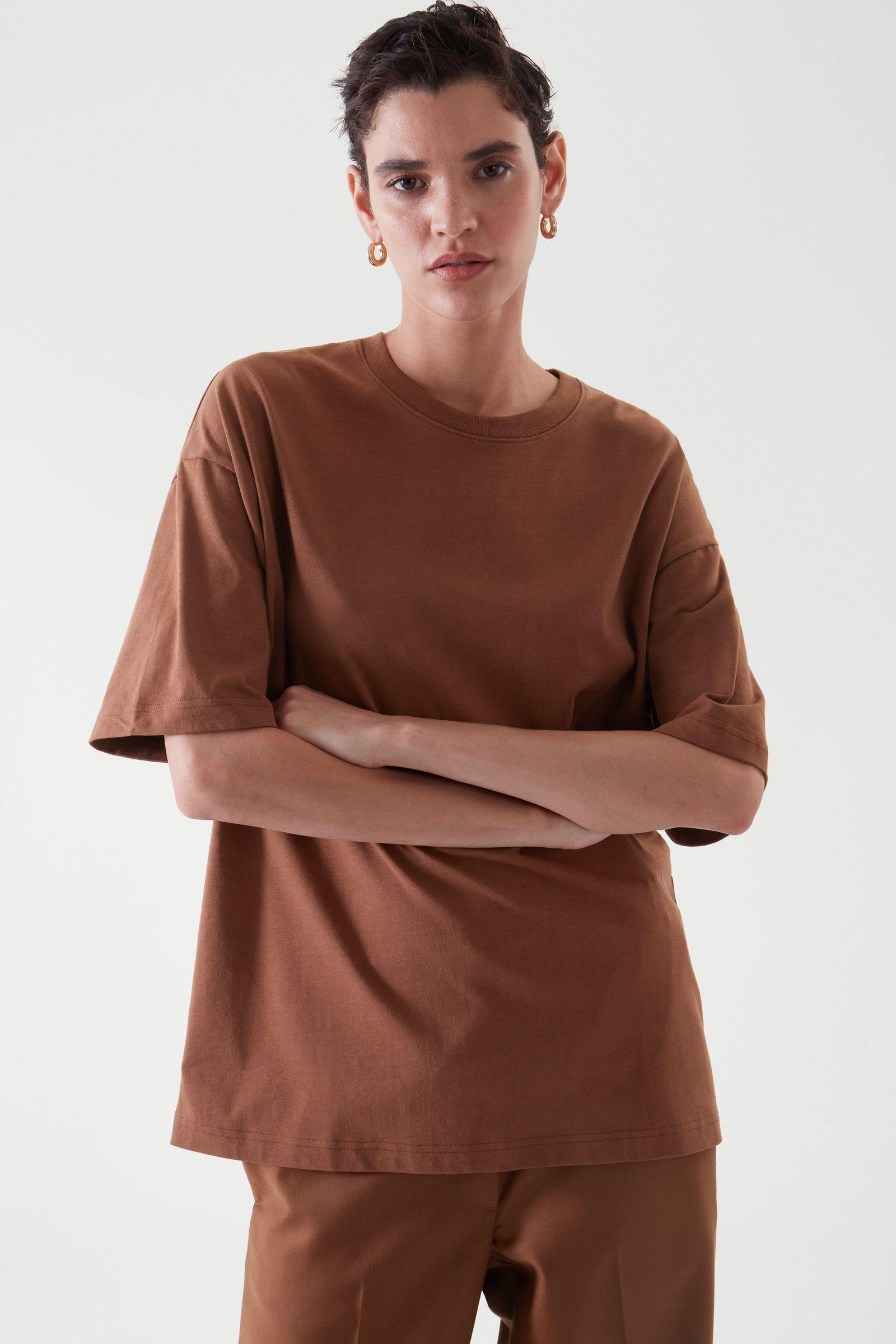 COS 오버사이즈 핏 티셔츠의 브라운컬러 ECOMLook입니다.