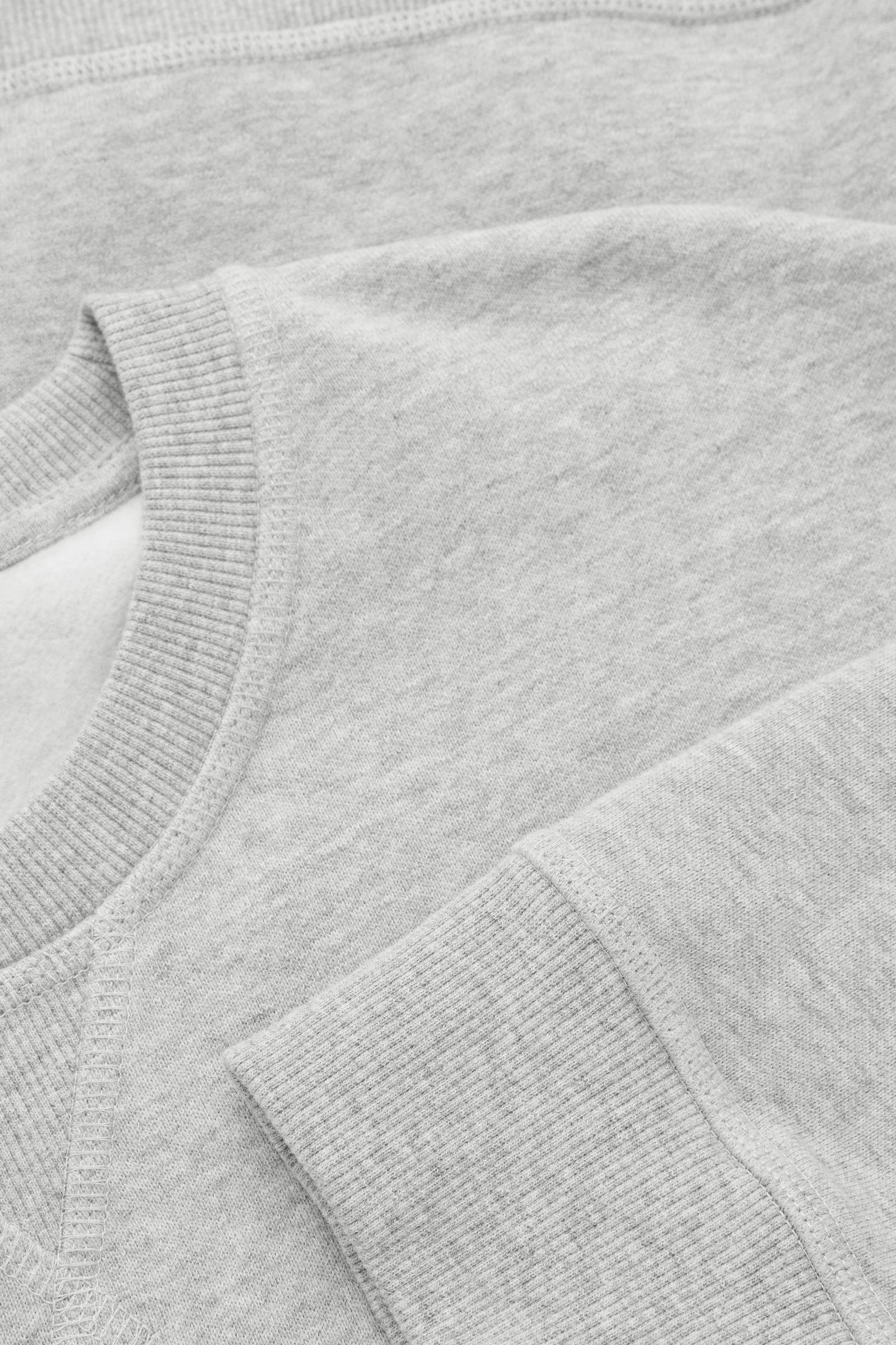 COS 릴랙스드 핏 스웻셔츠의 라이트 그레이 멜란지컬러 Detail입니다.