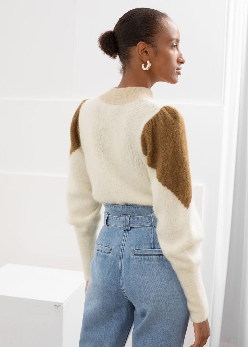 앤아더스토리즈 컬러 블록 퍼프 슬리브 스웨터의 브라운 화이트컬러 ECOMLook입니다.
