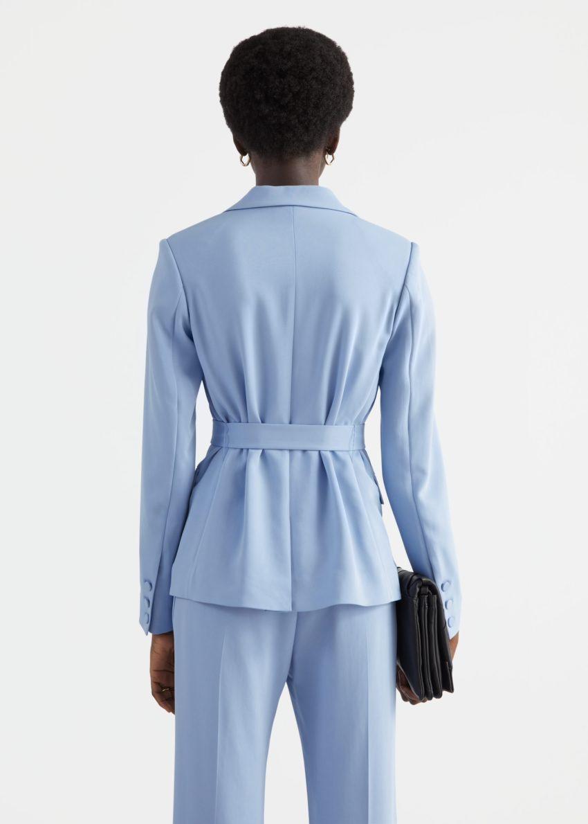 앤아더스토리즈 벨티드 테일러드 블레이저 재킷의 라이트 블루컬러 ECOMLook입니다.