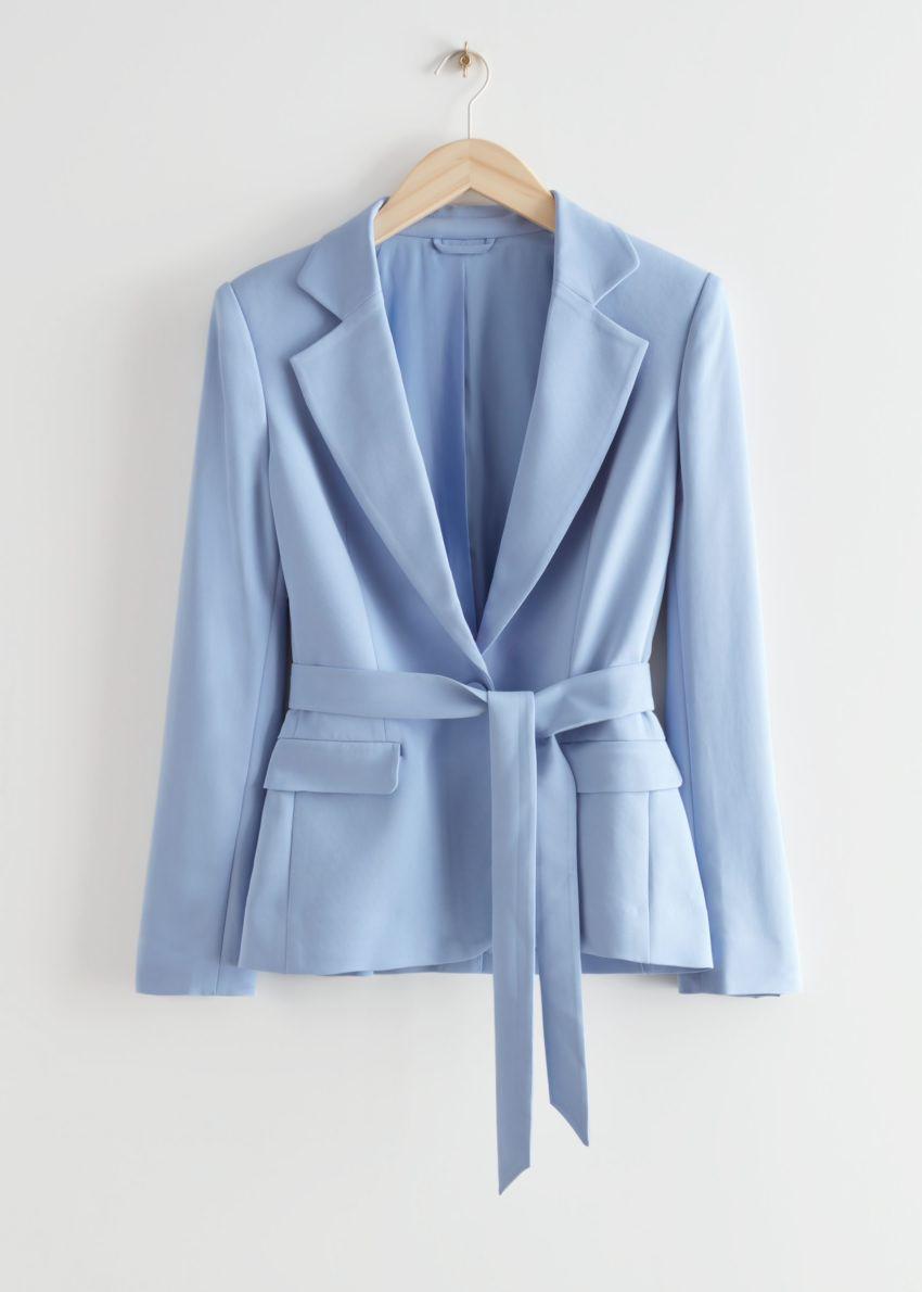 앤아더스토리즈 벨티드 테일러드 블레이저 재킷의 라이트 블루컬러 Product입니다.