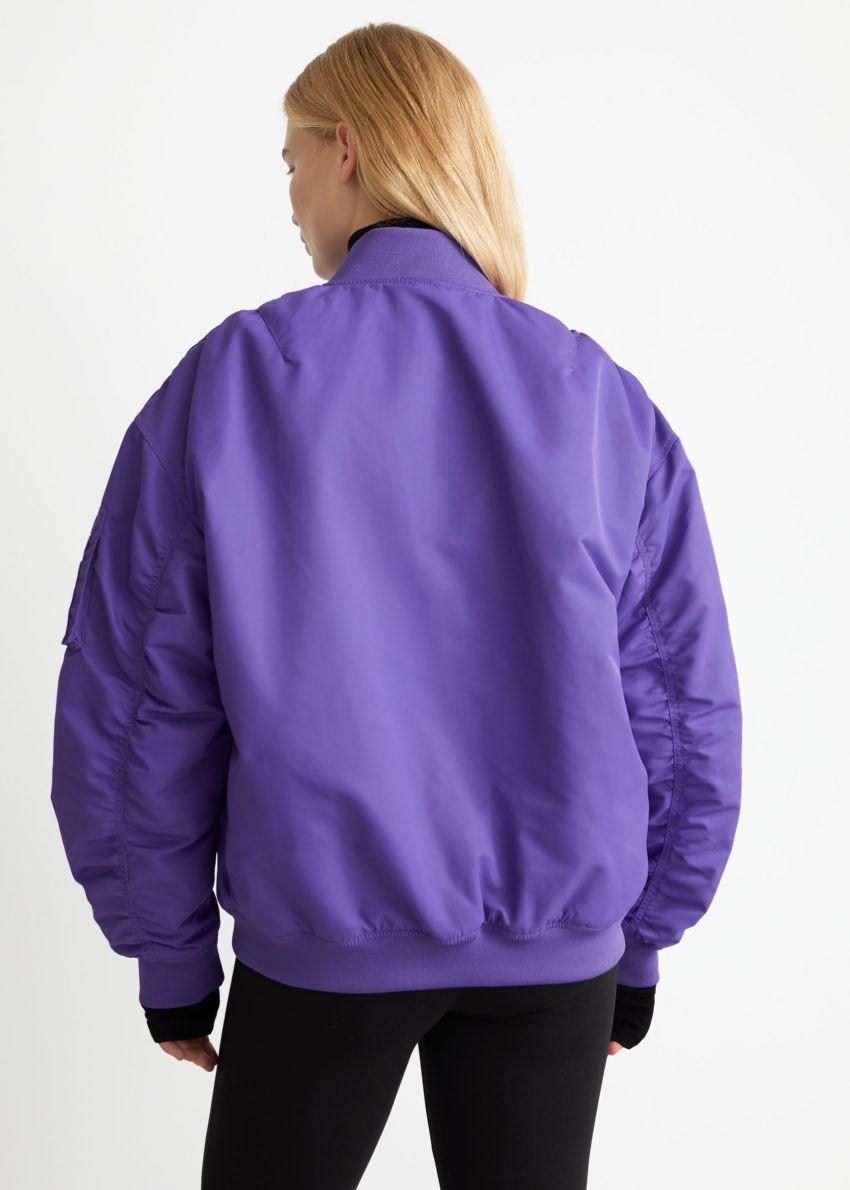 앤아더스토리즈 보머 재킷의 퍼플컬러 ECOMLook입니다.