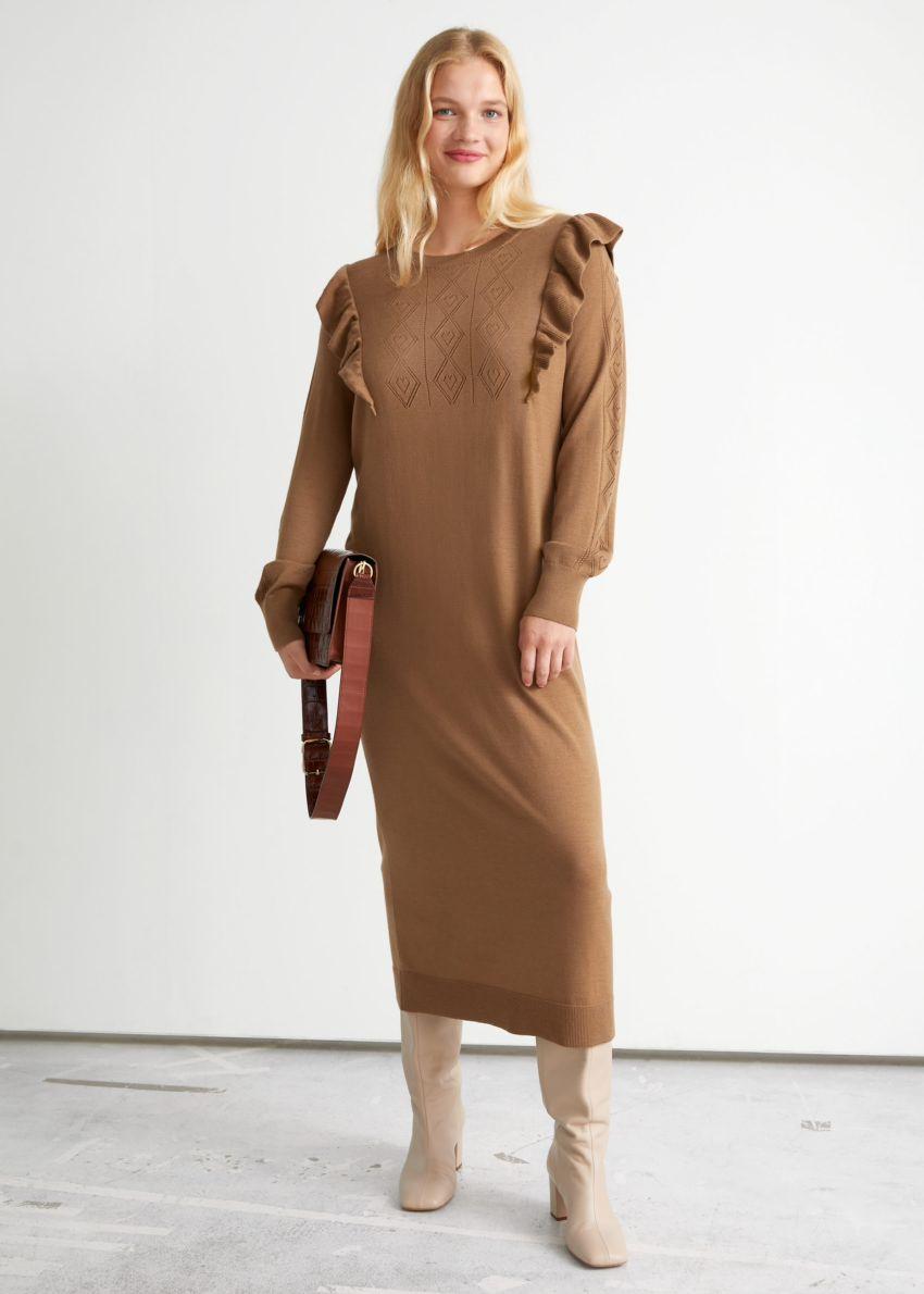 앤아더스토리즈 포인텔 니트 미디 드레스의 카라멜 베이지컬러 ECOMLook입니다.