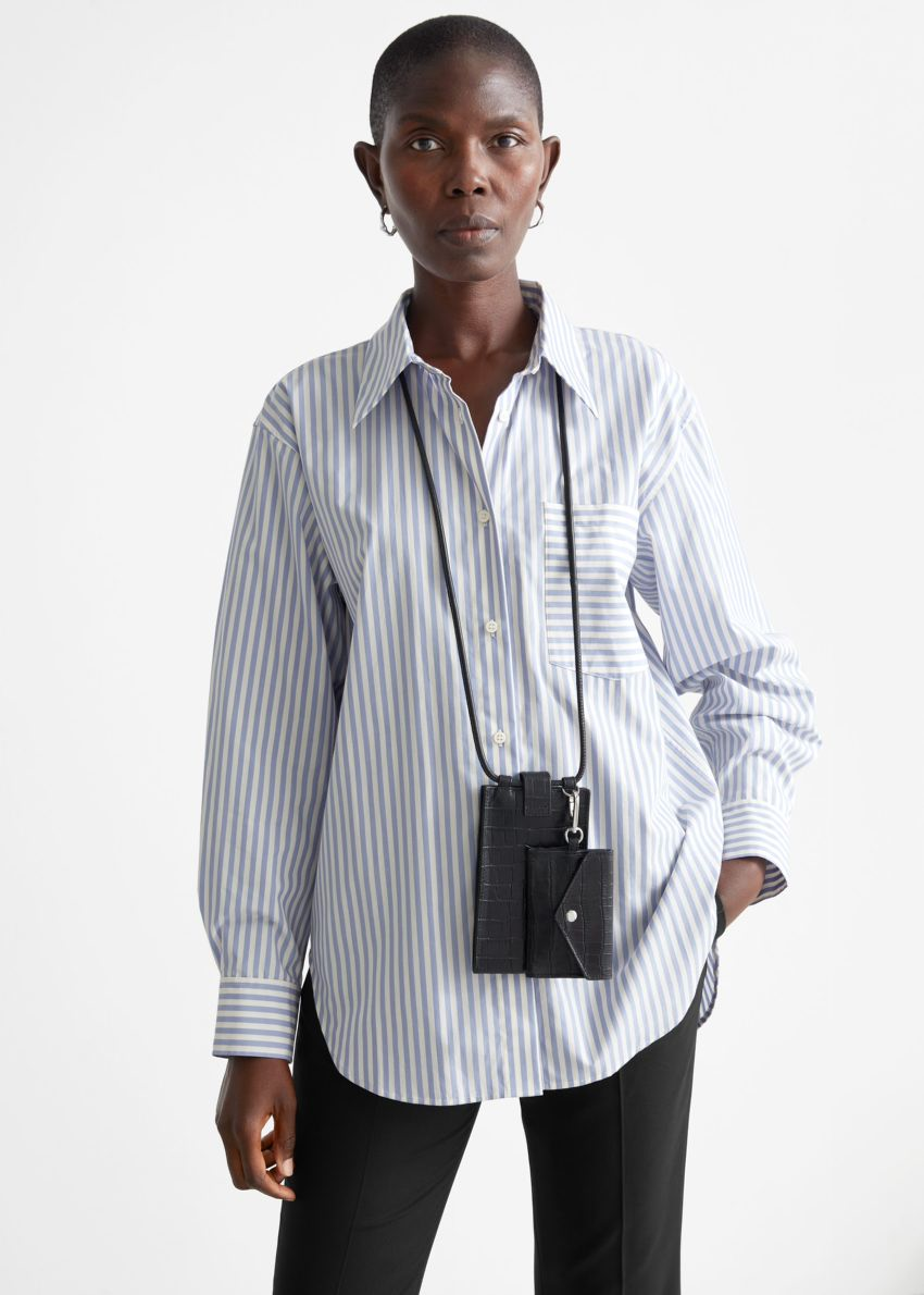 앤아더스토리즈 오버사이즈 스트라이프 셔츠의 화이트/퍼플 스트라이프컬러 ECOMLook입니다.