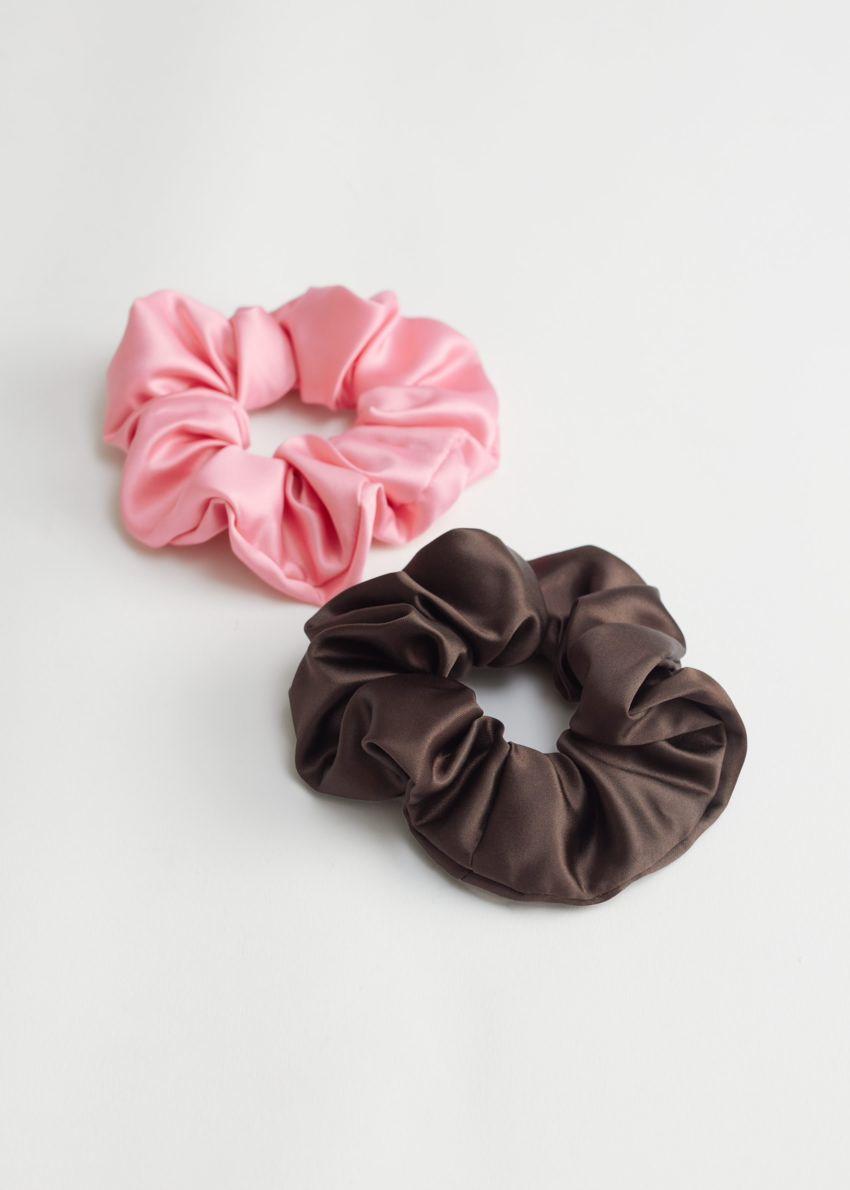앤아더스토리즈 투 팩 헤어 스크런치 세트의 핑크, 블랙컬러 Product입니다.