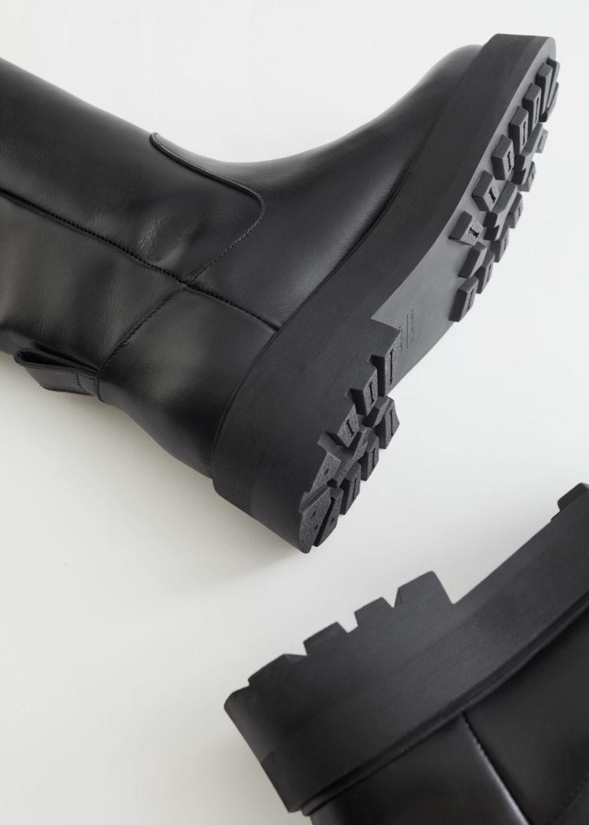 앤아더스토리즈 청키 니 하이 레더 부츠의 블랙컬러 Product입니다.