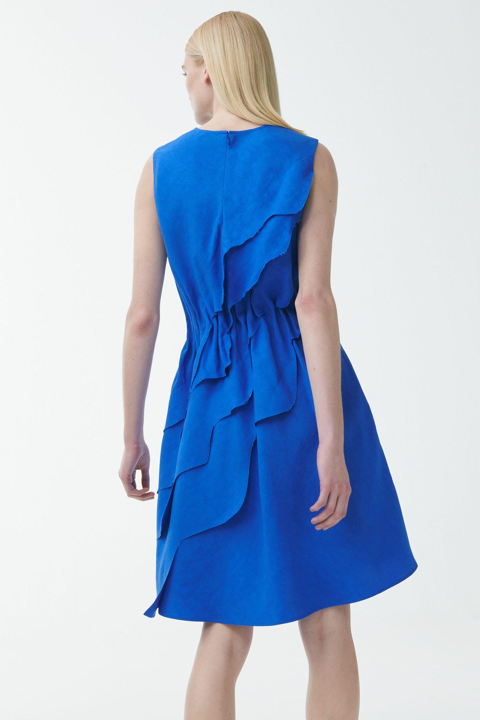 COS 레이어드 리넨 드레스의 블루컬러 ECOMLook입니다.