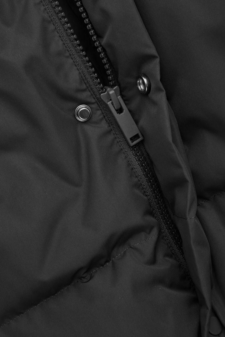 COS 다운 필드 쇼트 푸퍼 재킷의 블랙컬러 Detail입니다.