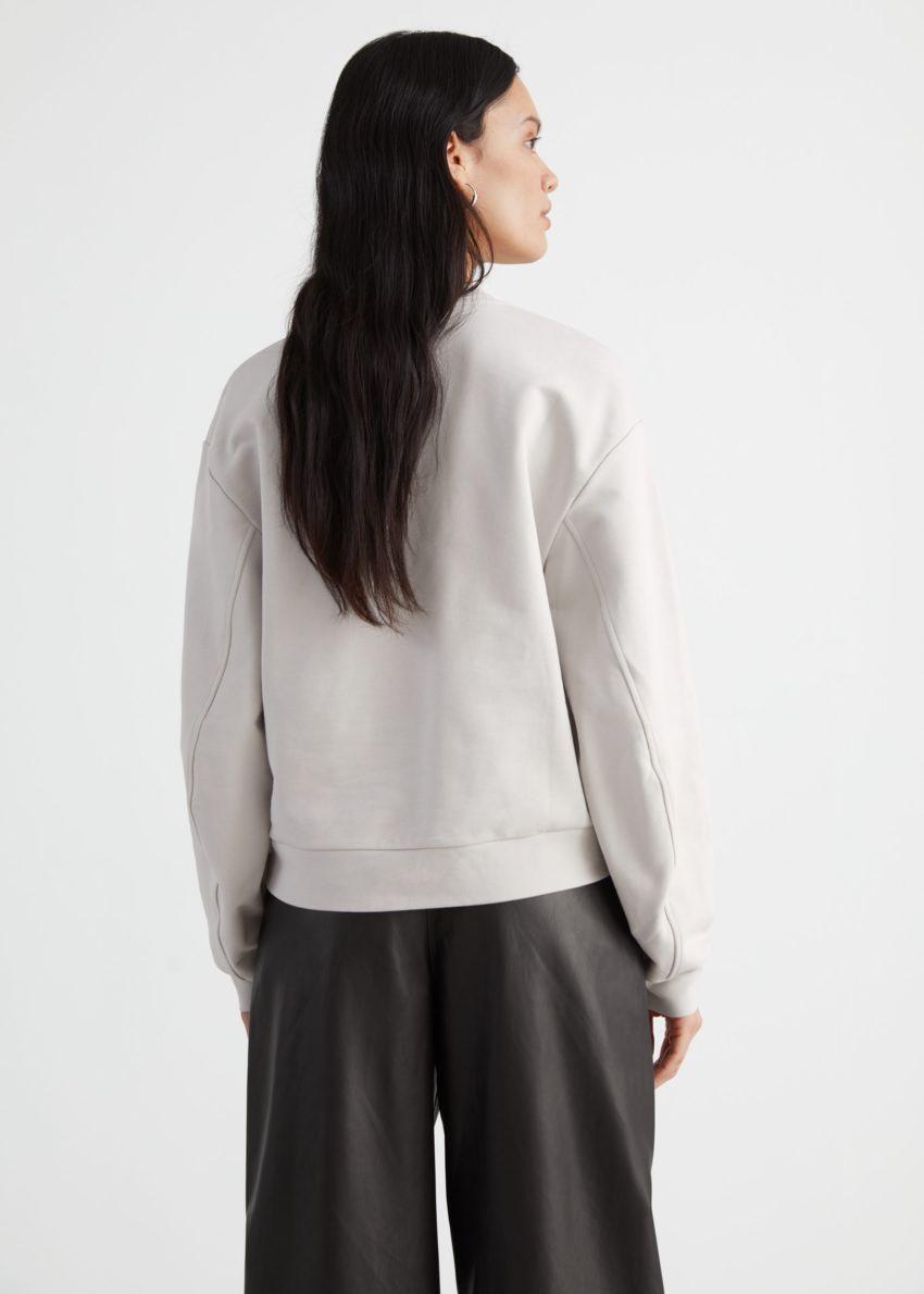 앤아더스토리즈 릴렉스드 바나나 슬리브 스웨터의 라이트 그레이컬러 ECOMLook입니다.
