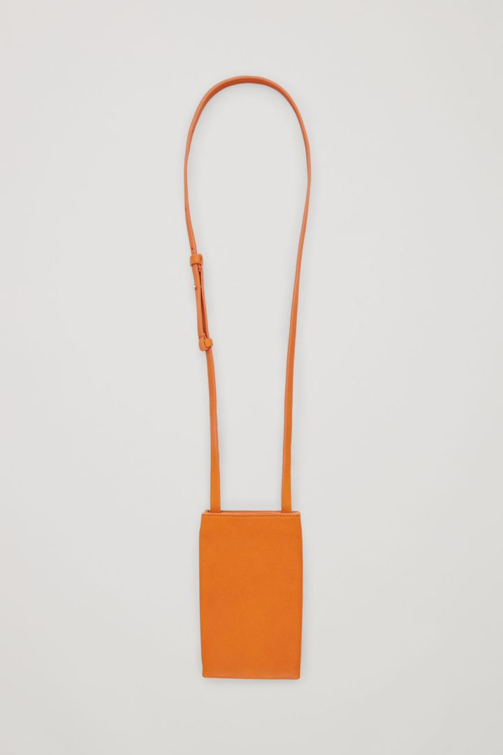 COS 레더 폰 파우치의 오렌지컬러 Product입니다.