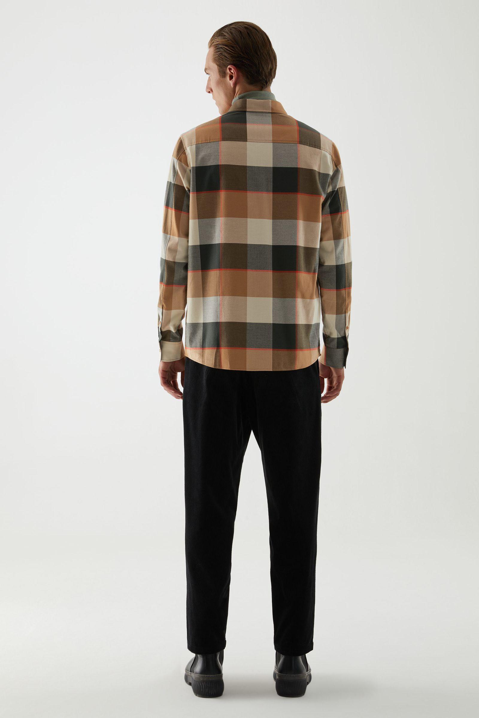 COS 플란넬 체크 셔츠의 베이지컬러 ECOMLook입니다.