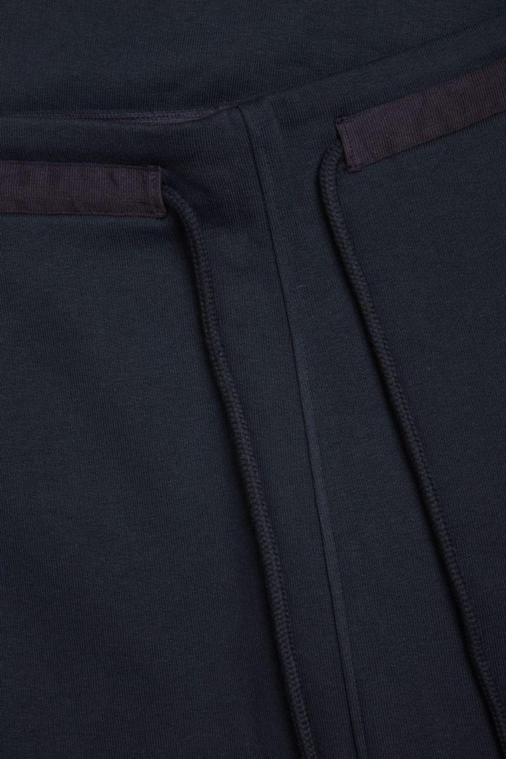 COS 오가닉 코튼 와이드 레그 조거의 블랙컬러 Detail입니다.