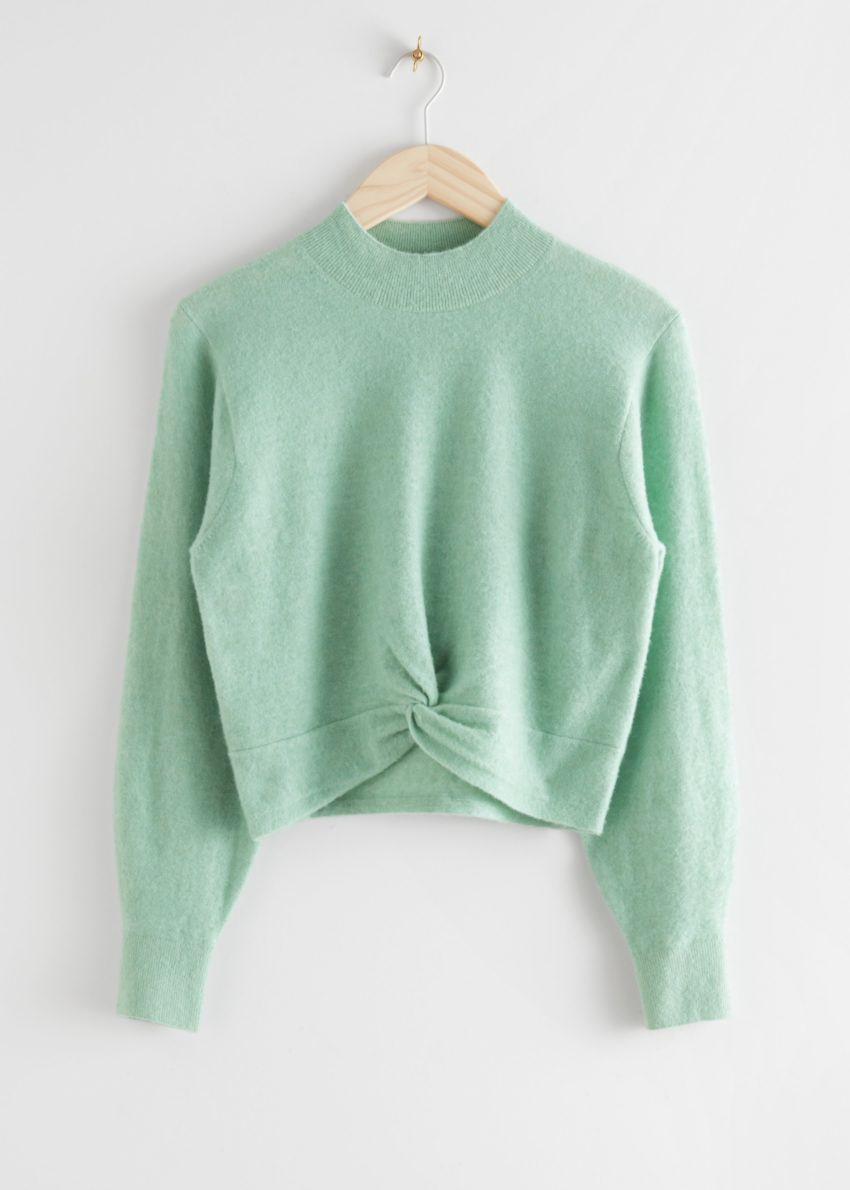 앤아더스토리즈 트위스트 디테일 니트 스웨터의 라이트 그린컬러 Product입니다.