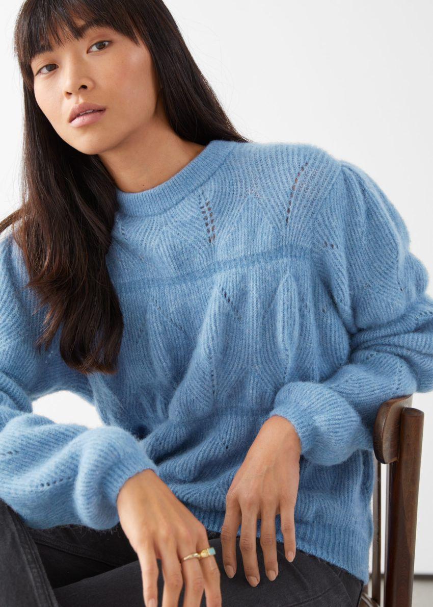 앤아더스토리즈 릴렉스드 퍼지 버블 니트 스웨터의 블루컬러 ECOMLook입니다.