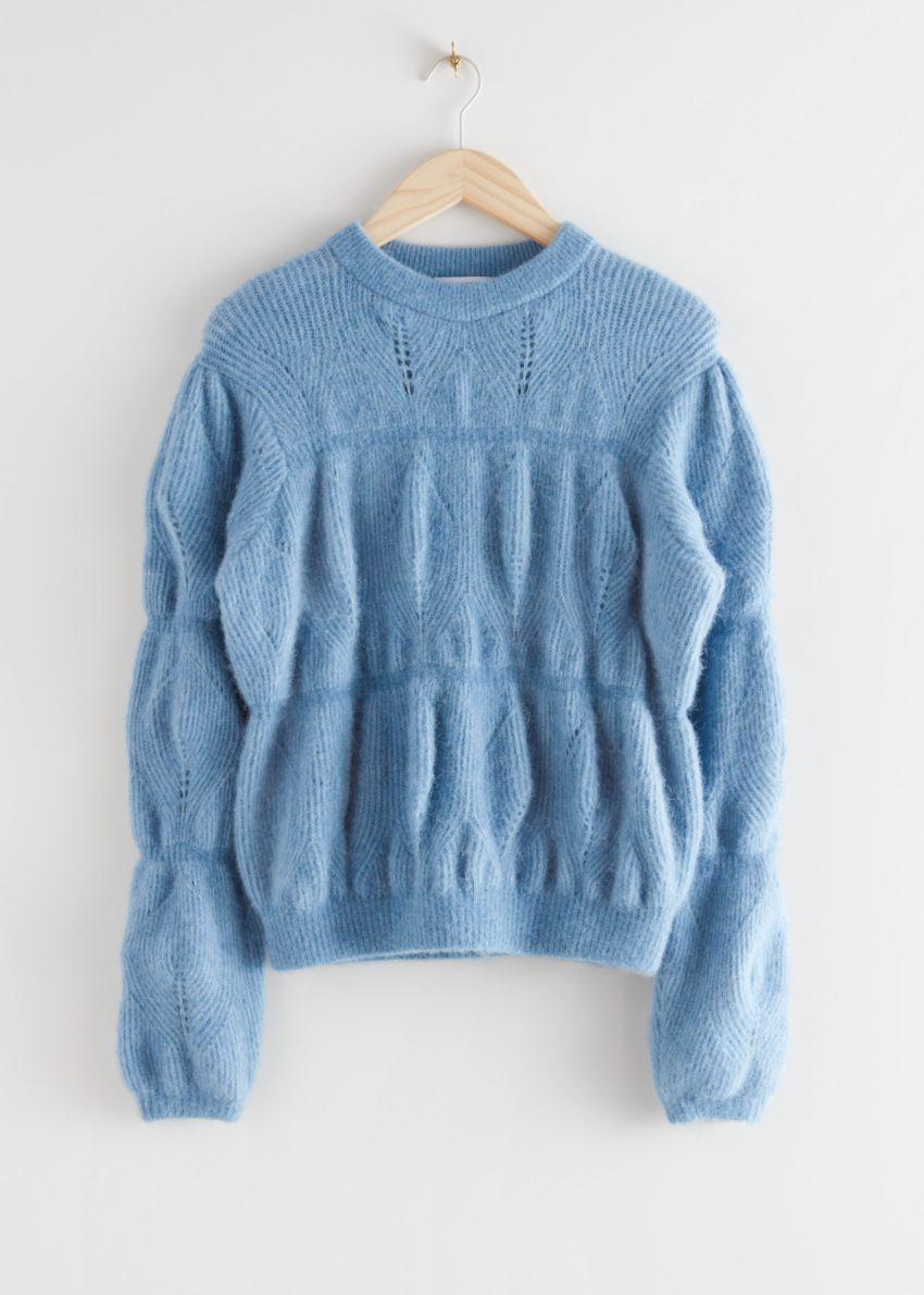 앤아더스토리즈 릴렉스드 퍼지 버블 니트 스웨터의 블루컬러 Product입니다.