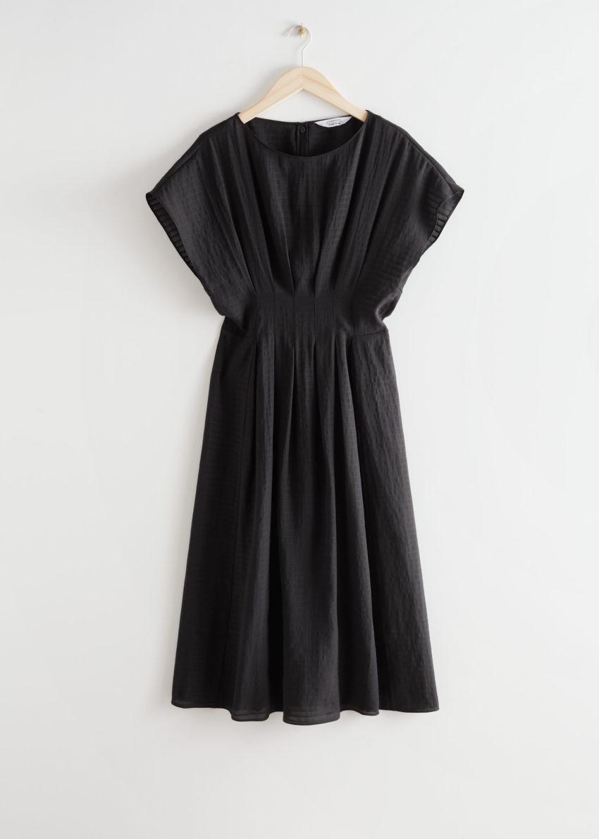 앤아더스토리즈 피티드 웨이스트 와이드 슬리브 미디 드레스의 블랙컬러 Product입니다.