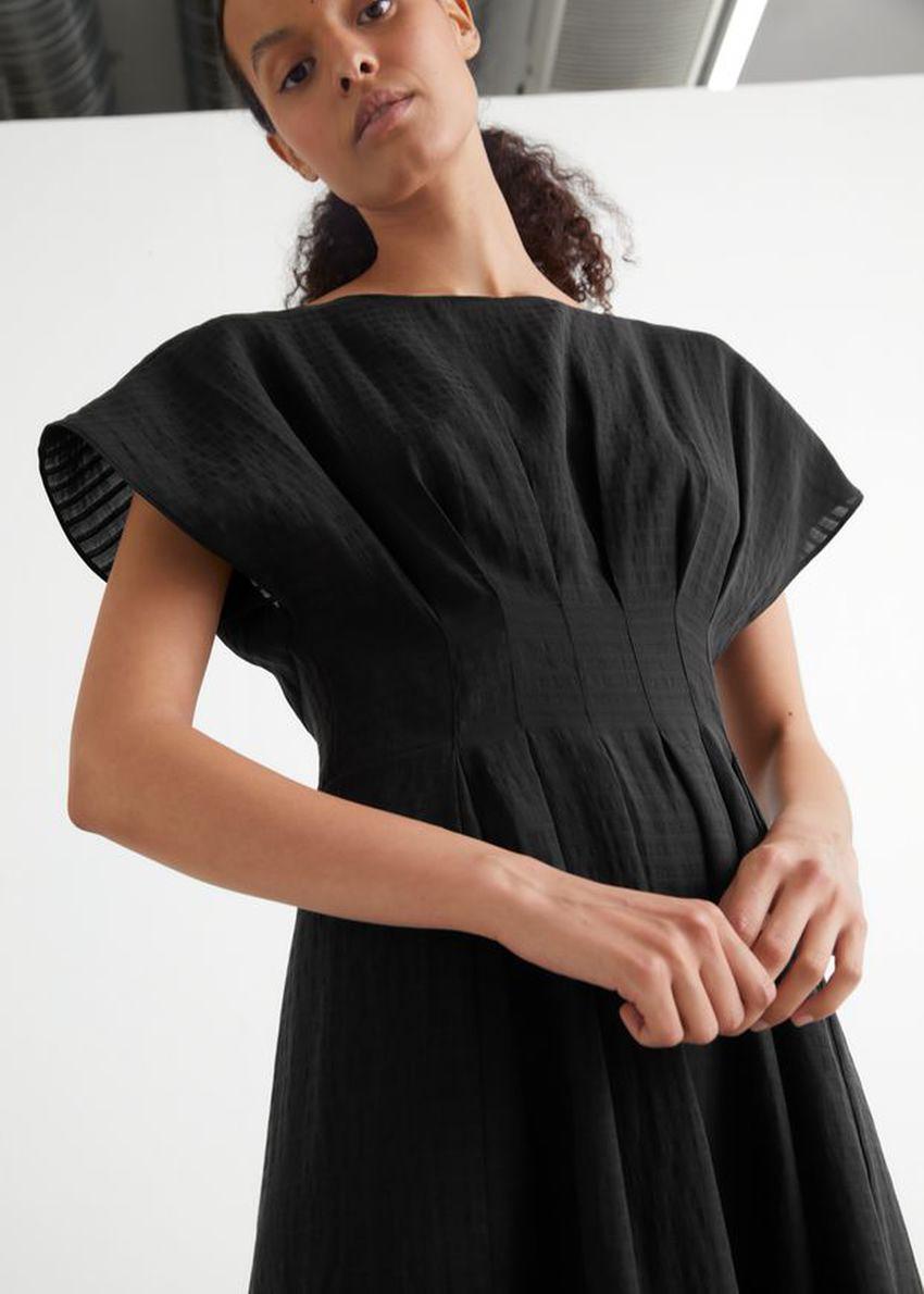 앤아더스토리즈 피티드 웨이스트 와이드 슬리브 미디 드레스의 블랙컬러 ECOMLook입니다.