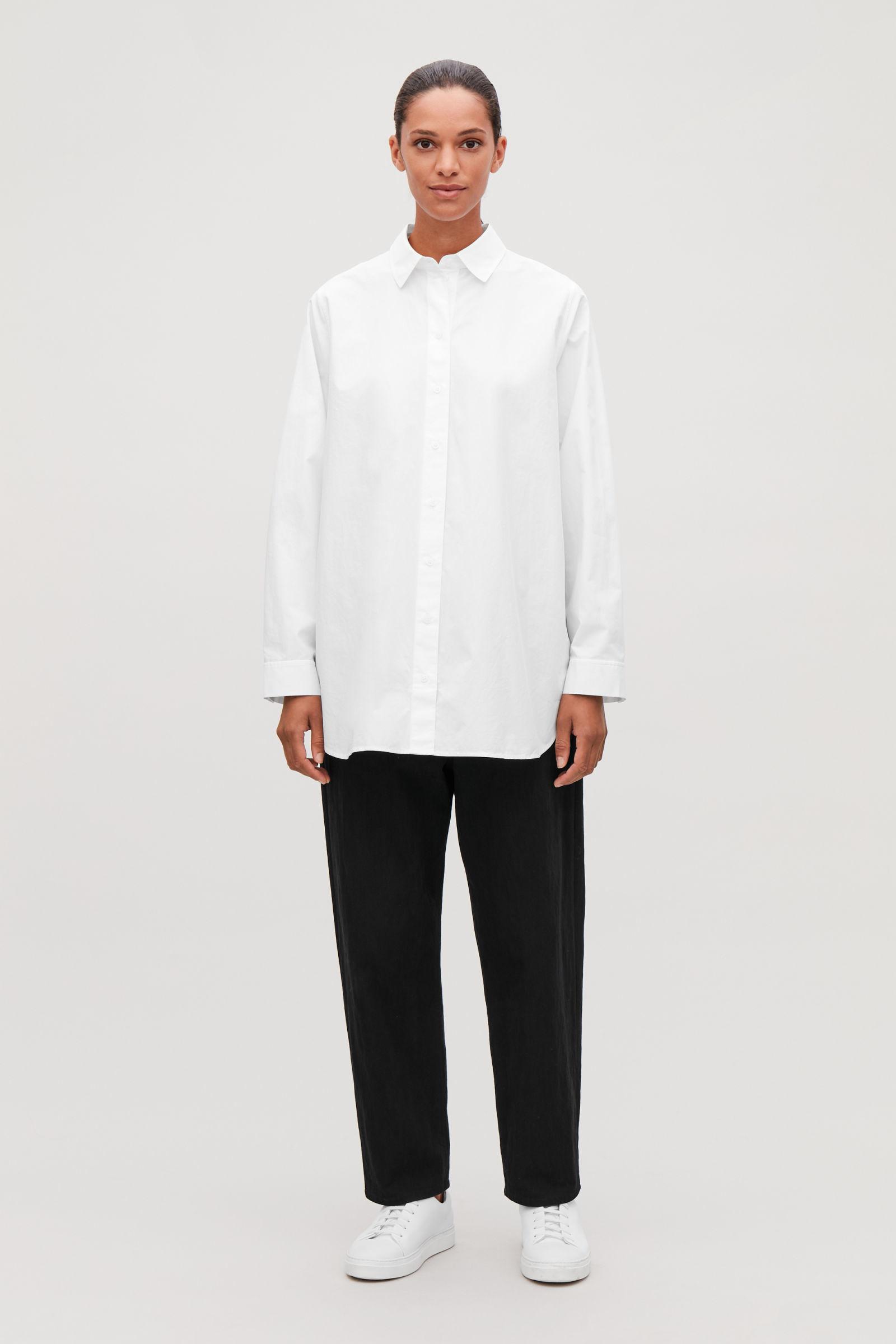 COS 사이드 플래킷 오버사이즈 셔츠의 화이트컬러 모델컷입니다.
