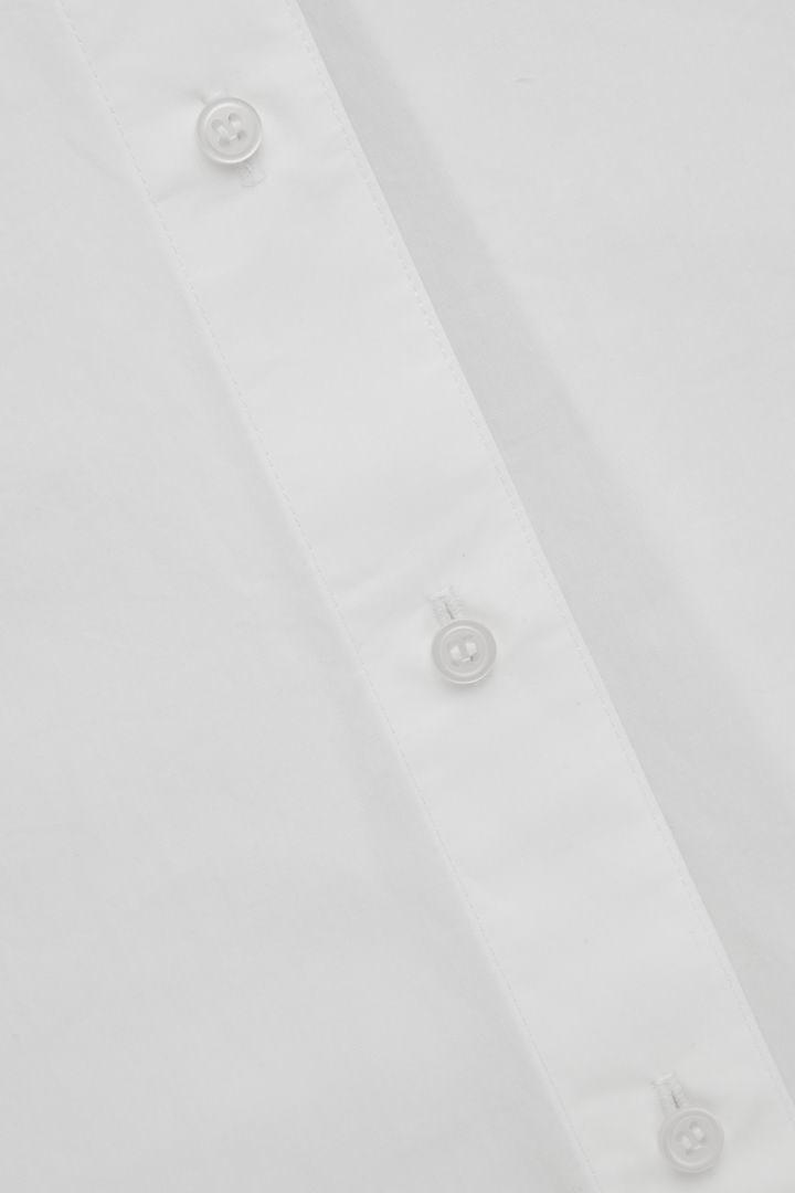 COS 사이드 플래킷 오버사이즈 셔츠의 화이트컬러 상세컷입니다.