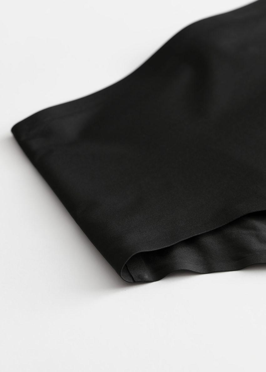 앤아더스토리즈 하이 웨이스트 심리스 브리프의 블랙컬러 Product입니다.