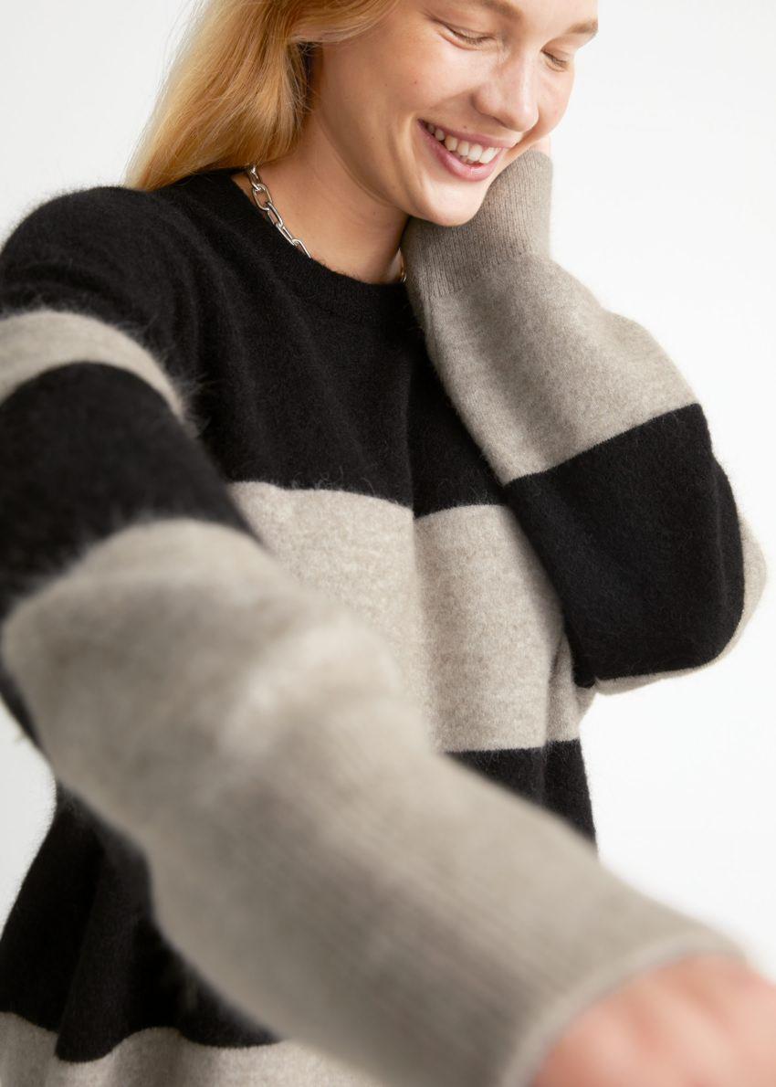 앤아더스토리즈 오버사이즈 니트 스웨터의 블랙/몰 스트라이프컬러 ECOMLook입니다.
