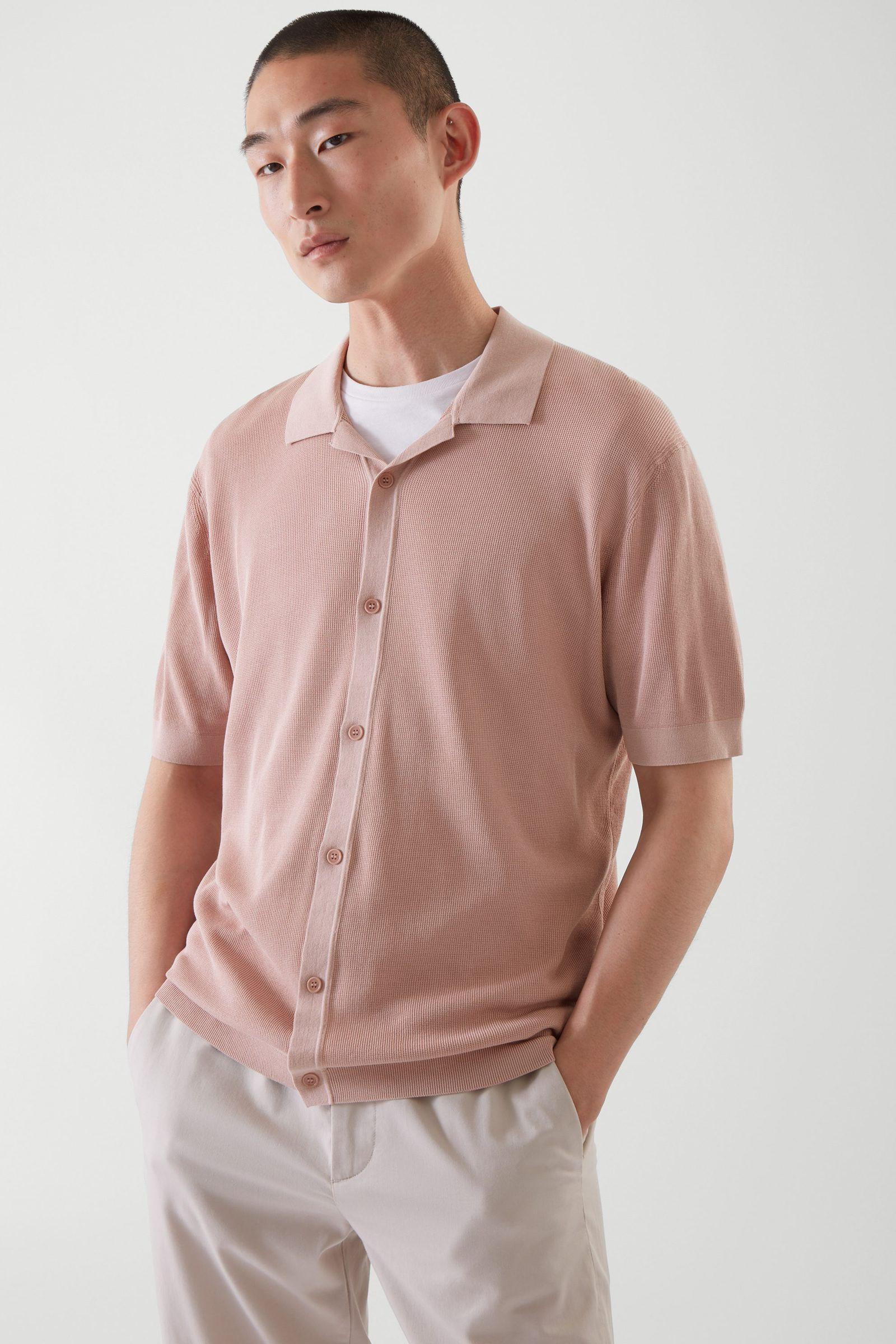 COS 니티드 캠프 칼라 쇼트 슬리브 셔츠의 더스티 핑크컬러 ECOMLook입니다.