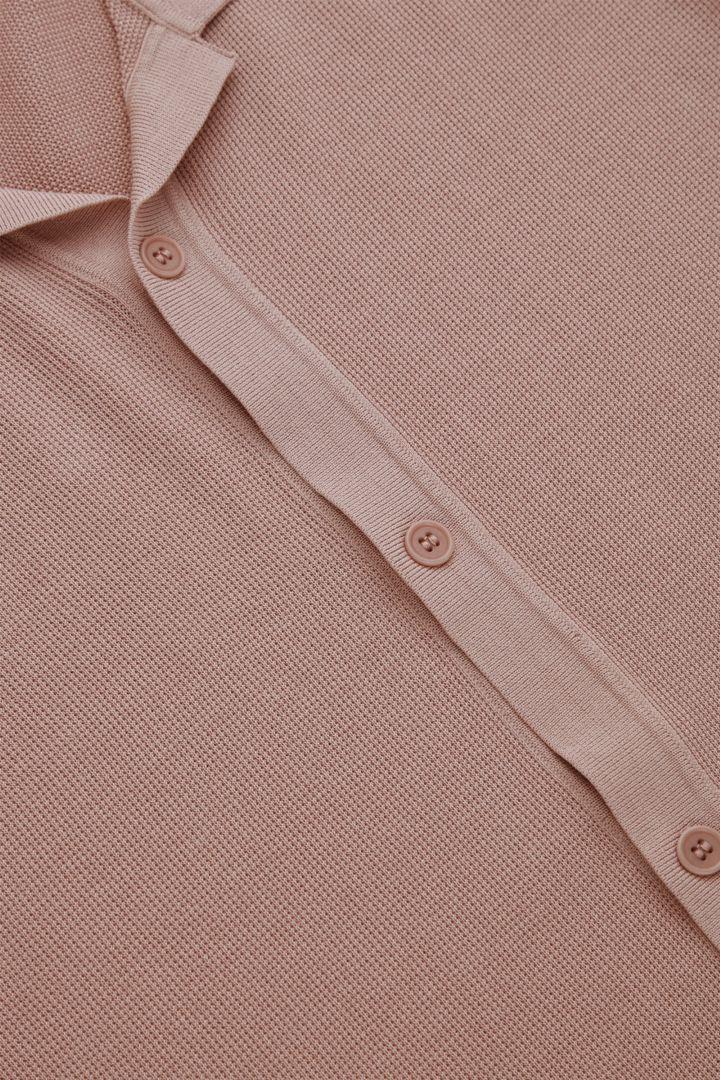 COS 니티드 캠프 칼라 쇼트 슬리브 셔츠의 더스티 핑크컬러 Detail입니다.