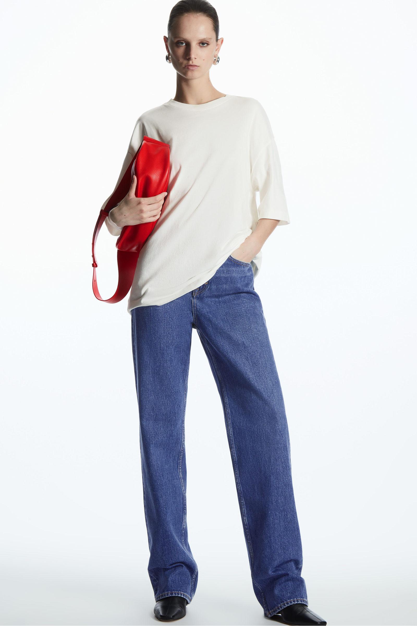 COS 오버사이즈 핏 티셔츠의 화이트컬러 ECOMLook입니다.