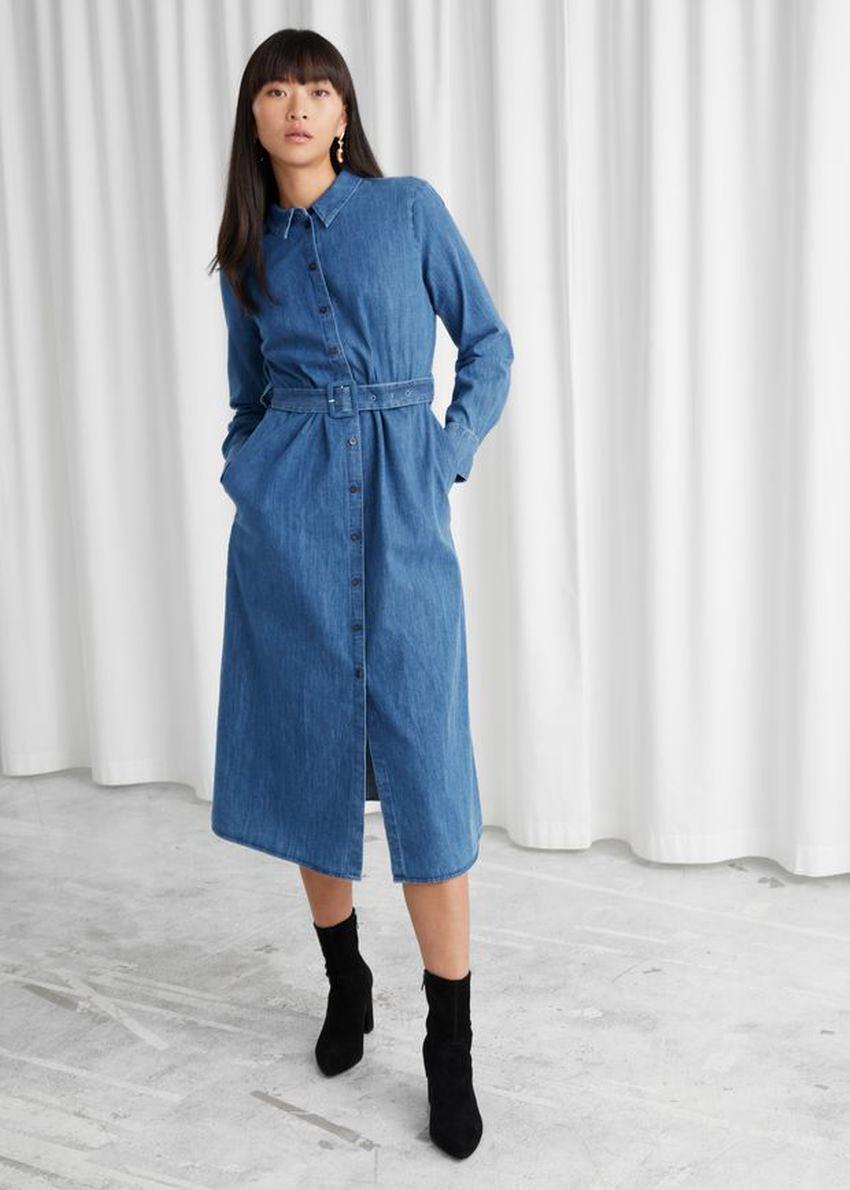 앤아더스토리즈 벨티드 미디 드레스의 블루컬러 ECOMLook입니다.