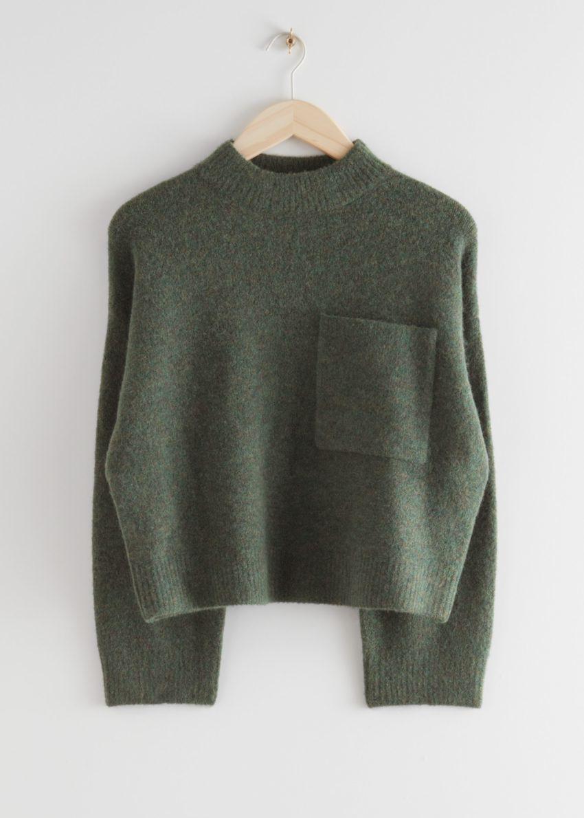 앤아더스토리즈 체스트 포켓 니트 스웨터의 다크 그린컬러 Product입니다.
