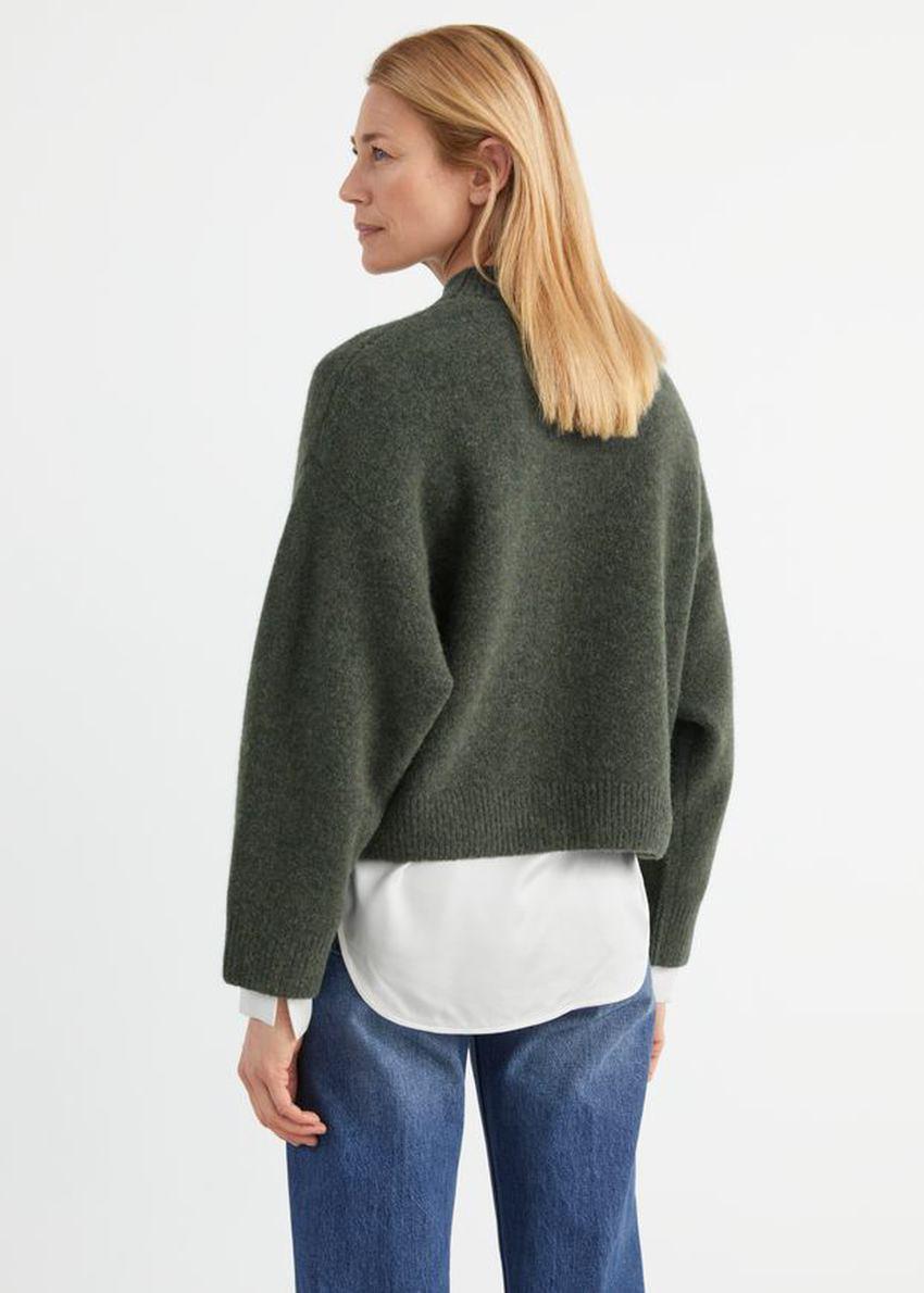 앤아더스토리즈 체스트 포켓 니트 스웨터의 다크 그린컬러 ECOMLook입니다.