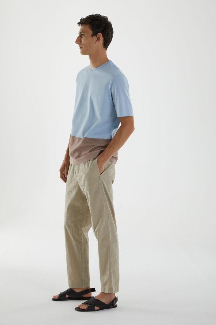 COS 본디드 코튼 티셔츠의 라이트 블루 / 브라운컬러 ECOMLook입니다.