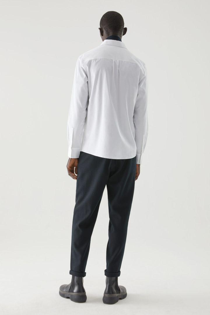 COS 오가닉 코튼 패치 포켓 셔츠의 화이트컬러 ECOMLook입니다.