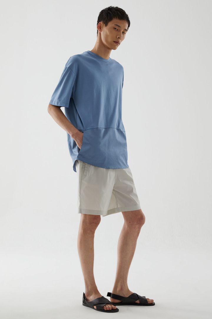 COS 오가닉 코튼 컨트래스트 패널 티셔츠의 블루컬러 ECOMLook입니다.