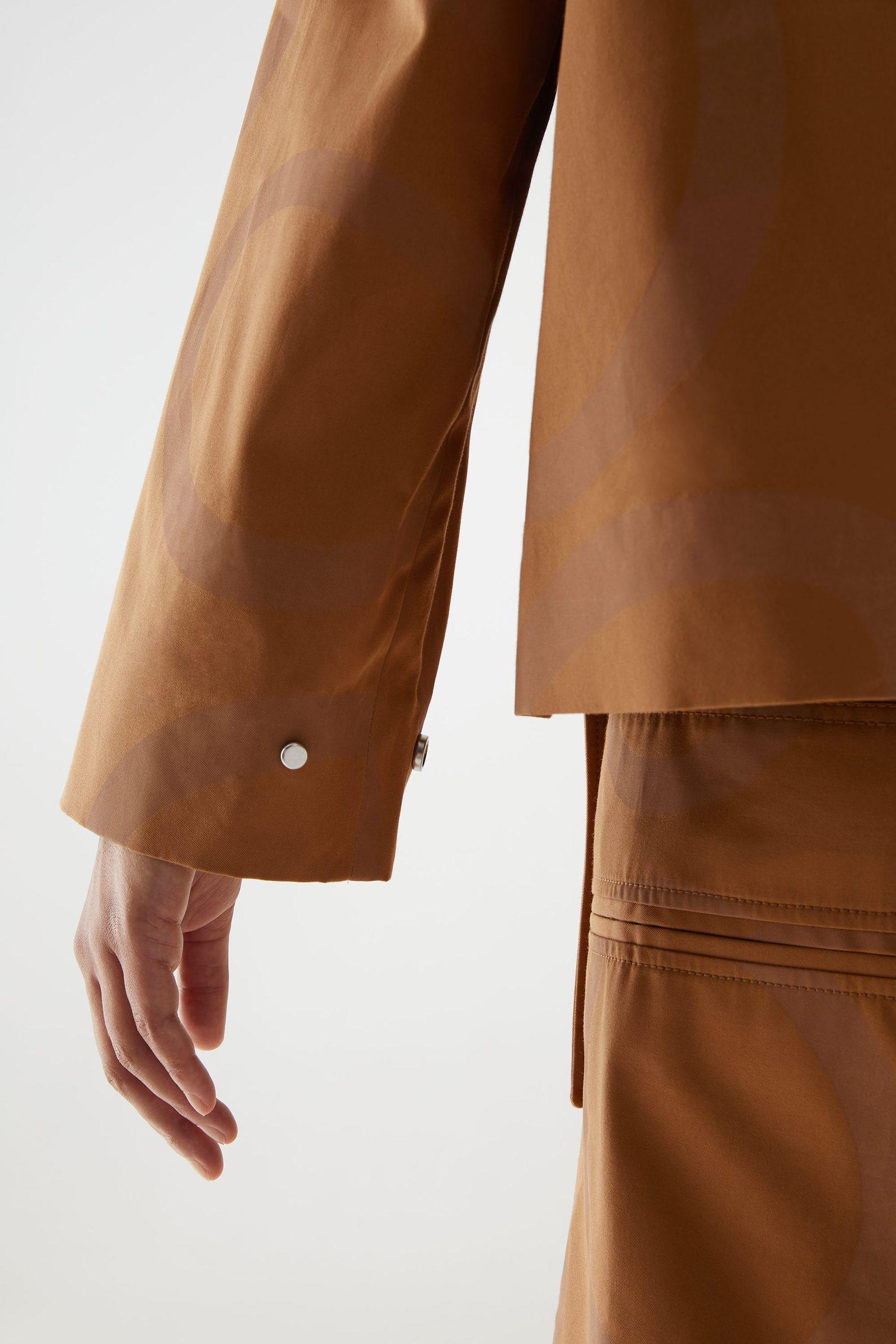COS 프린티드 코튼 재킷의 베이지 / 브라운컬러 ECOMLook입니다.