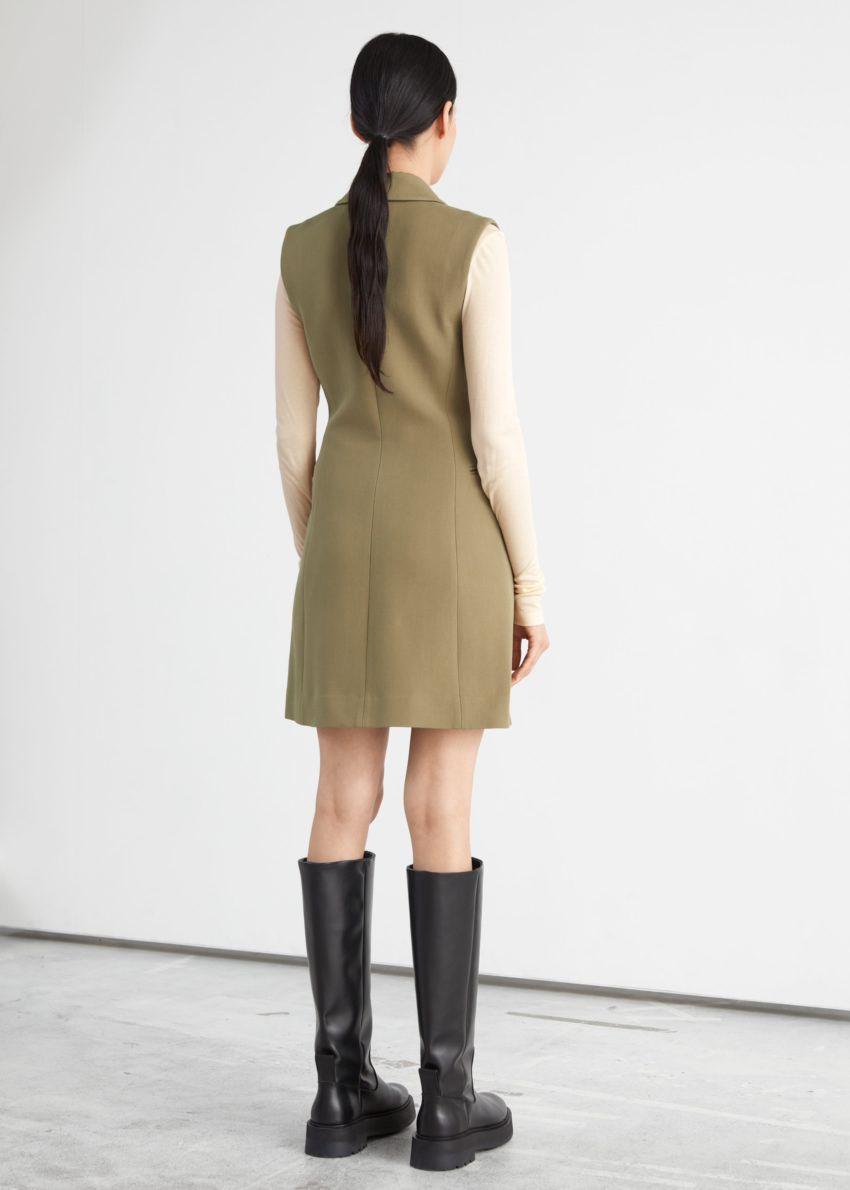 앤아더스토리즈 피티드 슬리브리스 블레이저 미니 드레스의 카키컬러 ECOMLook입니다.