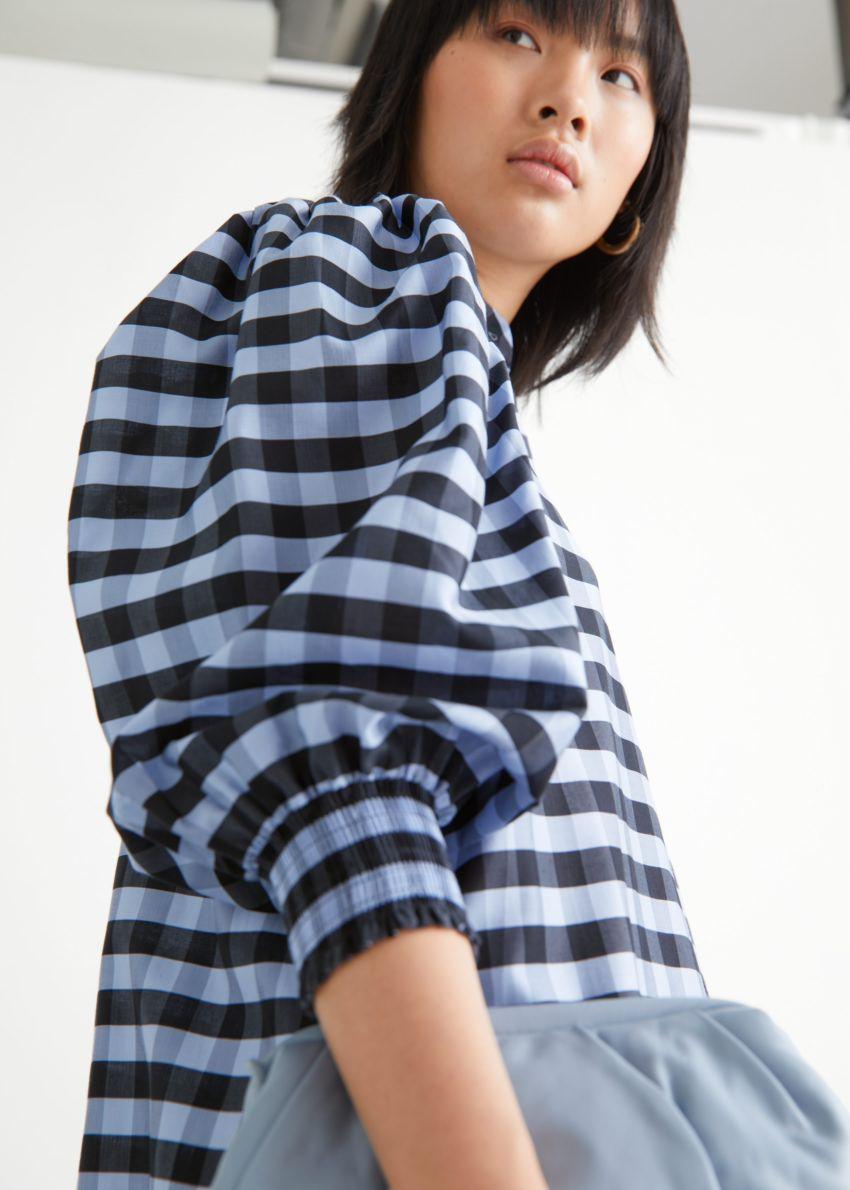 앤아더스토리즈 와이드 티어드 퍼프 슬리브 미디 드레스의 블루 체크컬러 ECOMLook입니다.