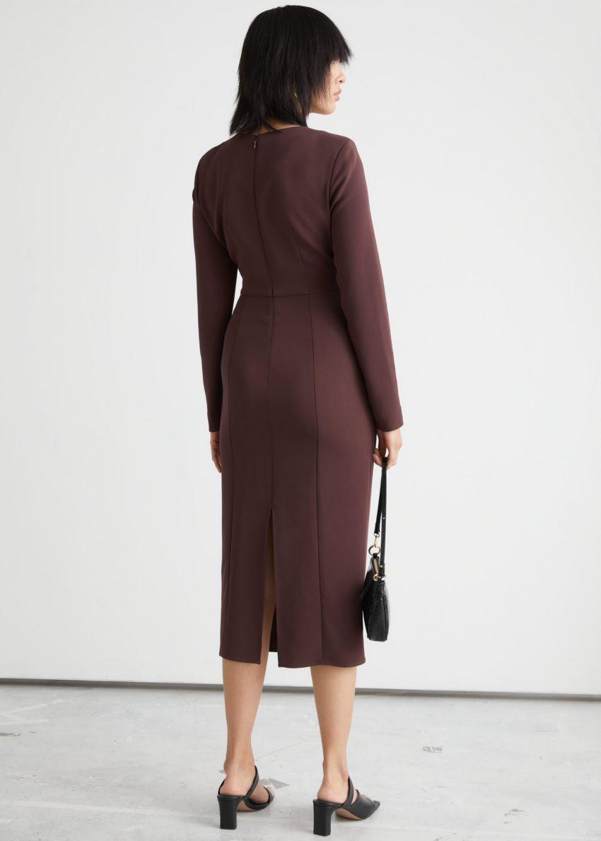 앤아더스토리즈 사이드 슬릿 컷 아웃 미디 드레스의 브라운컬러 ECOMLook입니다.