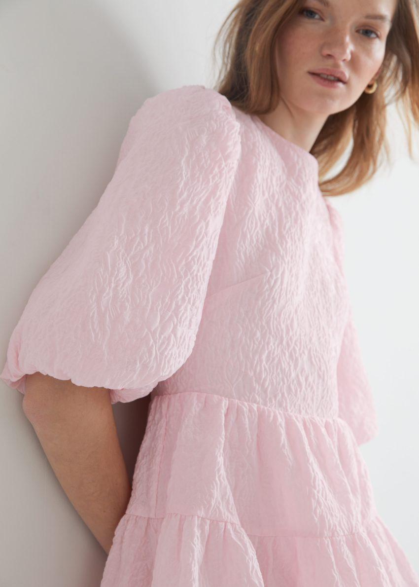 앤아더스토리즈 퍼프 슬리브 자카드 미니 드레스의 핑크컬러 ECOMLook입니다.