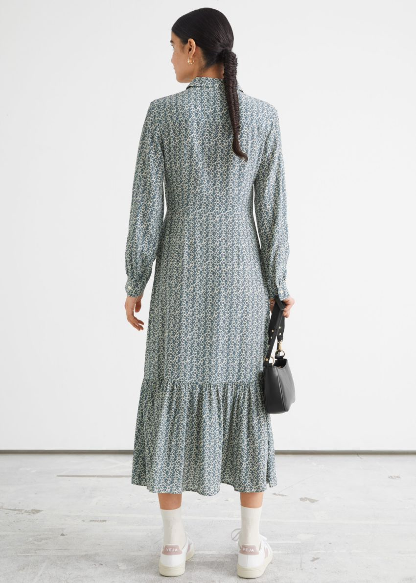 앤아더스토리즈 플루이드 티어드 미디 셔츠 드레스의 블루 프린트컬러 ECOMLook입니다.