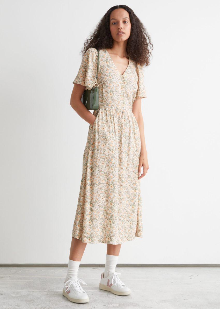 앤아더스토리즈 플러터 슬리브 맥시 드레스의 베이지 플로럴컬러 ECOMLook입니다.